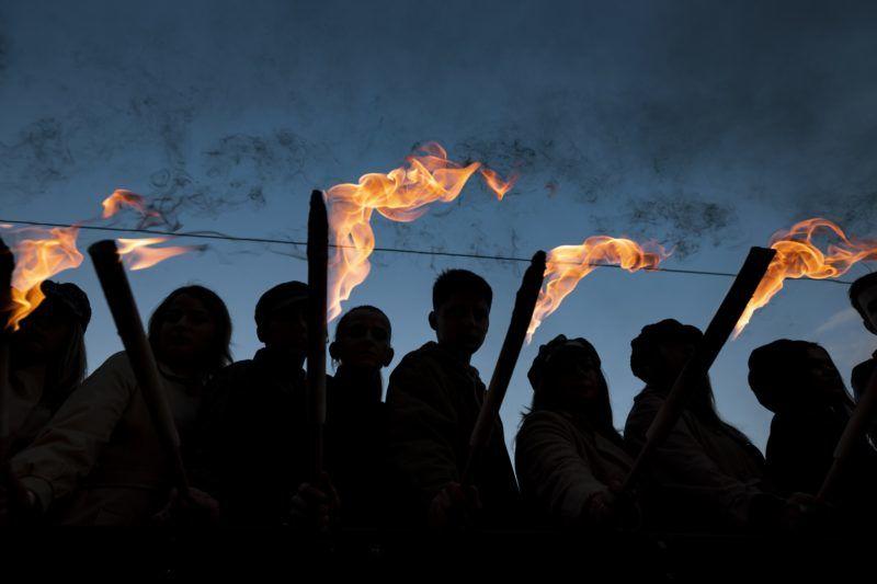 Budapest, 2018. október 22. Az 1956-os forradalom és szabadságharc emléknapja alkalmából tartott ünnepi fáklyás felvonulás résztvevõi a fõvárosi Friedrich Born rakparton 2018. október 22-én. MTI/Mónus Márton