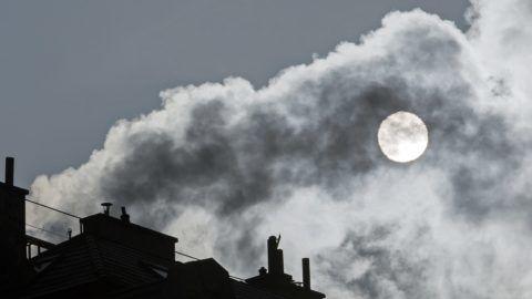 Budapest, 2017. január 24. Egy kémény füstje a szmogos Budapesten 2017. január 24-én. A fõvárosban 2017. január 22-én elrendelték a szmogriadó riasztási fokozatát, 23-án kis mértékben javult a levegõ minõsége, de a riasztási fokozatot fenntartják. A magas szállópor-koncentráció miatt elrendelt közlekedési korlátozás is érvényben van. Reggel 6-tól 22 óráig Budapest közigazgatási területén tilos azzal a gépjármûvel közlekedni, amelynek forgalmi engedélyében a környezetvédelmi osztályt jelölõ kód: 0, 1, 2, 3 vagy 4, valamint amelynek a forgalmi engedélyében nincs környezetvédelmi osztályt jelölõ kód. MTI Fotó: Mohai Balázs
