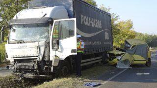 Kecskemét, 2018. október 11. Összeroncsolódott személyautó és összetört teherautó a 44-es fõút 7-es kilométerénél, Kecskemét és Nyárlõrinc között 2018. október 11-én. A két jármû balesetében ketten meghaltak. MTI Fotó: Donka Ferenc