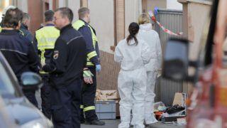 Kirchheim, 2018. október 19. Bûnügyi helyszínelõk vizsgálódnak az észak-rajna-vesztfáliai Kirchheim an der Weinstrasse községben, ahol lövöldözés történt 2018. október 19-én. Az incidensben két ember meghalt, két rendõr megsebesült. MTI/EPA/Ronald Wittek