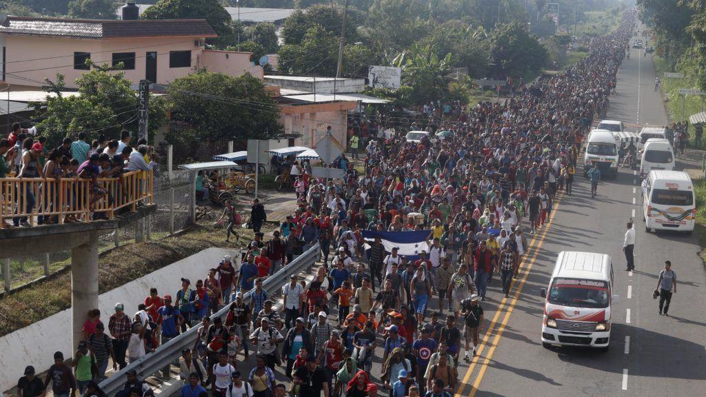 Hidalgo, 2018. október 21. Közép-amerikai migránsok vonulnak a mexikói Hidalgóban 2018. október 20-án, miután átlépték a Guatemala és Mexikó közötti határt. Eddig mintegy kétezren jutottak be mexikói területre. MTI/AP/Moises Castillo