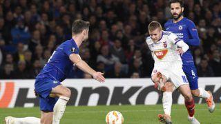 London, 2018. október 4. Kovács István (k), valamint Gary Cahill (b) és Cesc Fábregas a labdarúgó Európa-liga L csoportjában játszott Chelsea - Vidi FC mérkõzésen a londoni Stamford Bridge stadionban 2018. október 4-én. A Chelsea 1-0-ra gyõzött. MTI Fotó: Koszticsák Szilárd