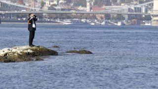 Budapest, 2018. október 16. Férfi távcsõvel az Ínség-sziklán 2018. október 16-án. Délelõtt Budapestnél 49 centiméter volt a Duna vízállása, ez 2 centiméterrel alacsonyabb, mint a valaha mért legkisebb vízszint. MTI/Máthé Zoltán