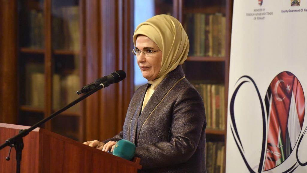 Budapest, 2018. október 8. Emine Erdogan, a hazánkba látogató török elnök, Recep Tayyip Erdogan felesége a Török Együttmûködési és Koordinációs Ügynökség (TIKA) által a Semmelweis Egyetem Ortopédiai Klinikájának ajándékozott speciális elektromiográf átadásán a budapesti Semmelweis Szalonban 2018. október 8-án. Az elektromiográf (EMG) a mozgató idegsejt, érzõ és mozgató idegrostok, az idegizom áttevõdés, valamint az izom vizsgálatára alkalmas, a mûködõ izomban keletkezõ elektromos impulzusok regisztrálására szolgáló készülék. MTI Fotó: Máthé Zoltán