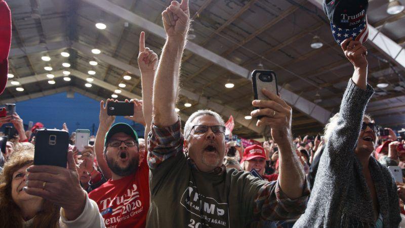 Lebanon, 2018. október 13. Támogatói üdvözlik Donald Trump amerikai elnököt egy választási kampányrendezvényen az Ohio állambeli Lebanonban 2018. október 12-én. A félidõs kongresszusi választásokat novemberben rendezik az Egyesült Államokban. (MTI/AP/Evan Vucci)