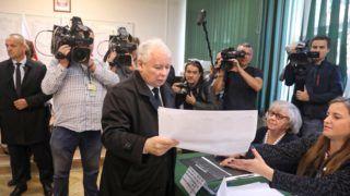 Varsó, 2018. október 21. Jaroslaw Kaczynski, a kormányzó Jog és Igazságosság Pártjának (PiS) elnöke átveszi szavazólapját a lengyelországi helyhatósági választásokon Varsóban 2018. október 21-én. MTI/EPA-PAP/Tomasz Gzell