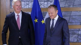 Brüsszel, 2018. október 16. Donald Tusk, az Európai Tanács elnöke (j) és Michel Barnier, az Európai Bizottságnak az Európai Unióból történõ brit kiválás ügyében felelõs fõtárgyalója tanácskozásuk megkezdése elõtt Brüsszelben 2018. október 16-án. (MTI/EPA/Olivier Hoslet)