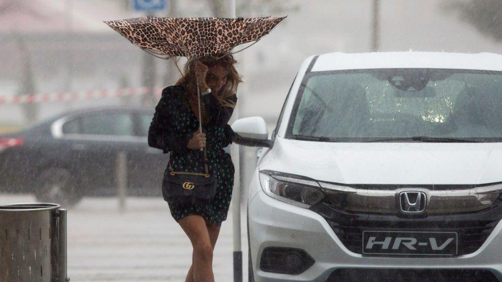 Málaga, 2018. október 18. Bokáig érõ vízben gyalogol egy nõ az erõs szél miatt kifordult esernyõvel a kezében a dél-spanyolországi Málagában 2018. október 18-án. A spanyol hatóságok narancssárga riasztást adtak ki a Földközi-tenger térségében a hatalmas esõzések miatt. Egy négyzetméternyi területre, akár 60 liternyi csapadék hullhat óránként. MTI/EPA/Daniel Perez *** Local Caption *** Bokáig érõ vízben gyalogol egy nõ az erõs szél miatt kifordult esernyõvel a kezében a dél-spanyolországi Málagában 2018. október 18-án. A spanyol hatóságok narancssárga riasztást adtak ki a Földközi-tenger térségében a hatalmas esõzések miatt. Egy négyzetméternyi területre, akár 60 liternyi csapadék hullhat óránként.