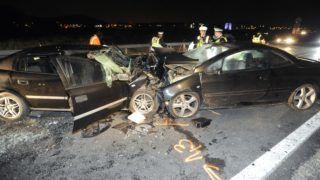 Törökbálint, 2018. október 1. Összeroncsolódott személyautók az 1-es fõút és az M0-s autóút csomópontjában, az M0-ásra vezetõ ágon Törökbálint közelében 2018. szeptember 30-án este. A balesetben egy ember meghalt, négyen megsérültek. MTI Fotó: Mihádák Zoltán
