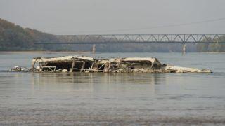 Vámosszabadi, 2018. október 16. A második világháborúban elsüllyedt hajótest a Duna árterében Vámosszabadi határában 2018. október 16-án. Az augusztus óta tartó csapadékszegény idõjárás miatt a folyó vízállása a magyarországi szakaszon ismét az eddig mért legkisebb értékek közelében vagy alatta alakul a vízmércéken. MTI/Krizsán Csaba