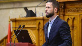 Budapest, 2018. október 2. Tordai Bence, a Párbeszéd vezérszónoka felszólal a 2017-2030 közötti idõszakra vonatkozó, 2050-ig tartó idõszakra kitekintést nyújtó második Nemzeti Éghajlatváltozási Stratégiáról szóló vitában az Országgyûlés plenáris ülésén 2018. október 2-án. MTI Fotó: Soós Lajos