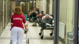 Pécs, 2014. szeptember 29. Beteget tolnak a Pécsi Tudományegyetem Klinikai Központja Sürgõsségi Orvostani Tanszék megnyílt Sürgõsségi Betegellátó Osztályán 2014. szeptember 29-én. Az európai uniós pénzbõl finanszírozott átépítés a betegeknek és a dolgozóknak is kedvezõbb körülményeket teremt, és hatékonyabb betegellátást tesz lehetõvé a 400 ágyas sürgõsségi osztály. MTI Fotó: Sóki Tamás