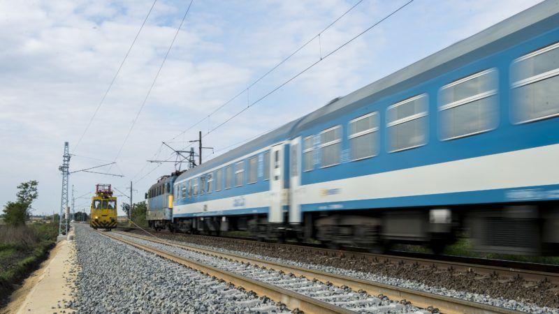 Pusztaszabolcs, 2018. október 3. Szakemberek felsõvezetéket szerelnek a Százhalombatta-Pusztaszabolcs vasútvonal felújítási munkálatai során Pusztaszabolcs közelében 2018. október 3-án. MTI Fotó: Sóki Tamás