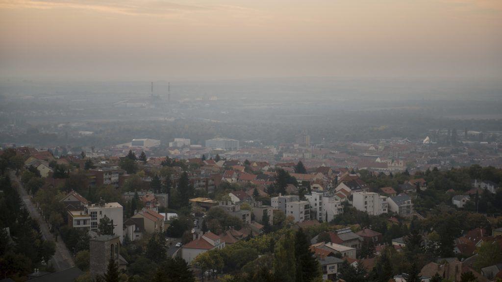 Pécs, 2018. október 16. Szmogos levegõ Pécs felett 2018. október 16-án. MTI Fotó: Sóki Tamás