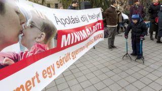 Budapest, 2013. december 3. A  Lépjünk, hogy léphessenek! Közhasznú Egyesület és más civil szervezetek demonstrációja az ápolási díj minimálbérre emeléséért, munkaviszonyként való elismertetéséért, a sérült gyereket nevelõ családoknak nagycsaládos kedvezményért Budapesten, a Vértanúk terén 2013. december 3-án. MTI Fotó: Szigetváry Zsolt
