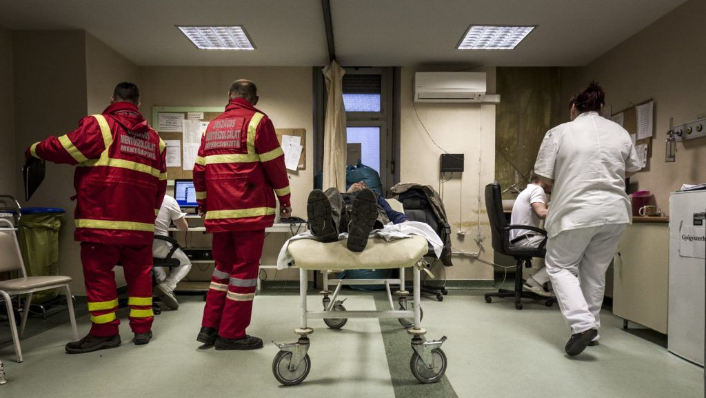 Budapest, 2017. január 31. Mentõk egy beteget hoznak a VIII. kerületi Fiumei úti Péterfy Sándor utcai Kórház - Rendelõintézet és Baleseti Központba 2017. január 31-én. Ezen a napon a fõvárosra hullott ónos esõ miatt húsz százalékkal megnõtt a balesetben megsérültek száma. MTI Fotó: Szigetváry Zsolt
