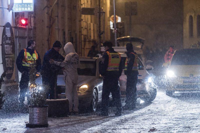 Budapest, 2018. február 18. Rendõrök igazoltatnak egy férfit az erzsébetvárosi vigalmi negyedben a Kazinczy utcában 2018. február 18-ra virradó éjjel. Ezen a napon népszavazást tartanak arról, hogy a fõváros VII. kerületében, az úgynevezett bulinegyedben található vendéglátóhelyek éjfél és reggel 6 óra között nyitva tarthassanak-e. MTI Fotó: Szigetváry Zsolt