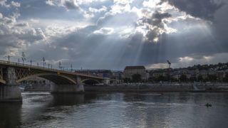 Budapest, 2018. július 31.A Margit híd budai ága 2018. július 30-án. Hetven éve, 1948. augusztus 1-jén adták át az 1944-ben felrobbantott, majd újjáépített dunai átkelőt.MTI Fotó: Szigetváry Zsolt