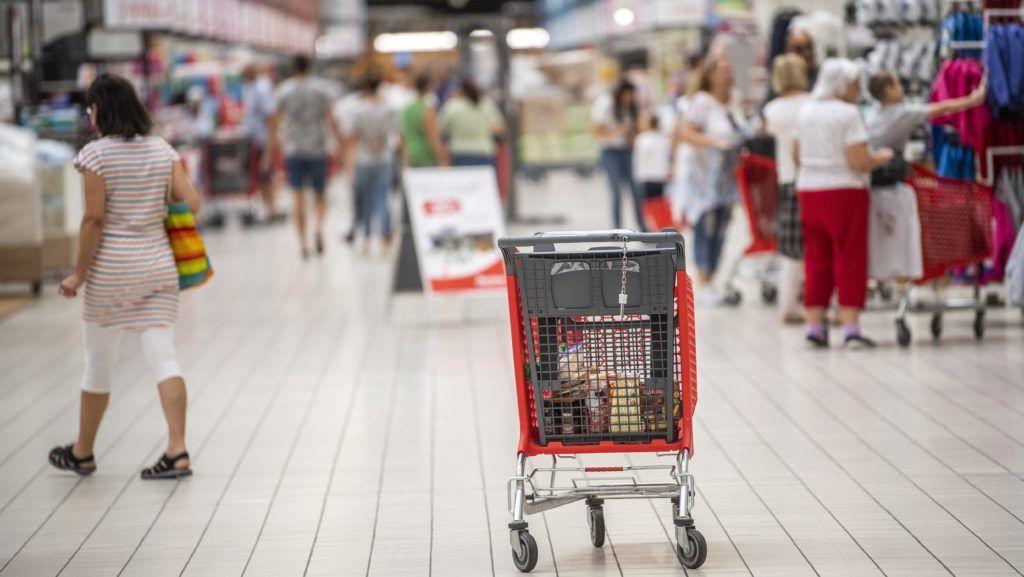 Budaörs, 2018. augusztus 27. Vásárlók az Auchan budaörsi áruházban 2018. augusztus 27-én. MTI Fotó: Szigetváry Zsolt