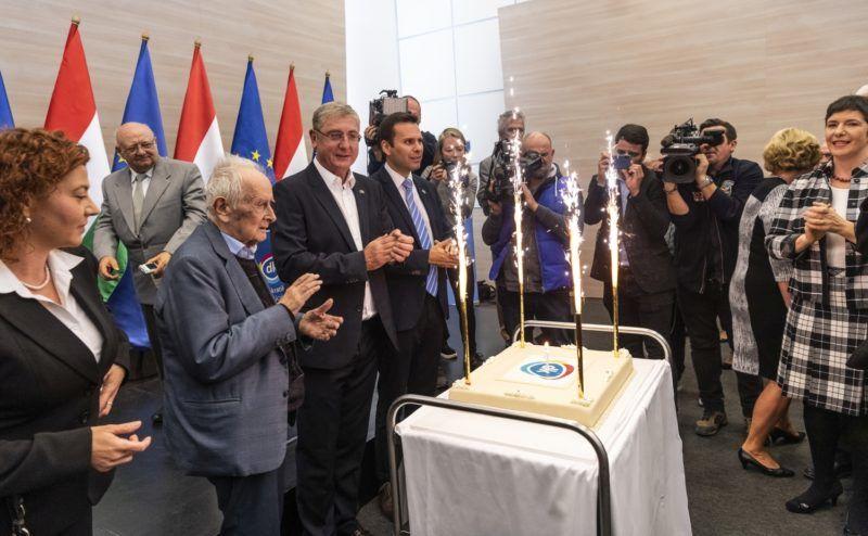 Budapest, 2018. október 23. Vadai Ágnes, a Demokratikus Koalíció (DK) országgyûlési képviselõje, a párt alelnöke (b), Vitányi Iván szociológus, a DK örökös, tiszteletbeli elnöke (b2), Gyurcsány Ferenc, a DK elnöke (b3) és Molnár Csaba, a párt EP-képviselõje, ügyvezetõ alelnöke (b4), valamint Dobrev Klára, Gyurcsány Ferenc felesége (j) a párt 7. születésnapi tortájával a DK október 23-i rendezvényén az 1956-os forradalom és szabadságharc kitörésének 62. évfordulóján a Novotel Budapest Cityben 2018. október 23-án. MTI/Szigetváry Zsolt