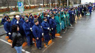 Szeged, 2010. március 1. A Szegedi Környezetgazdálkodási Nonprofit Kft. munkatársai a szegedi városháza elõtt a tavaszi nagytakarítás kezdetén tartott szemlén. Az önkormányzati cég száz alkalmazottja és 195 közfoglalkoztatott 2010. május 1-jéig megtisztítja a város 310 hektárnyi közterületét. A cég 2010-ben 2 milliárd forintot fordít a közterületek karbantartására. MTI Fotó: Kelemen Zoltán Gergely