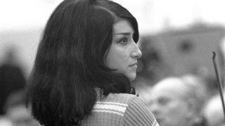 Budapest, 1968. április 12.Mátrai Zsuzsa énekesnő részt vesz az Egy óra Majláth Júliával című műsor felvételén. A műsort húsvét hétfőn mutatják be a Magyar Televízióban Kalmár András rendezésében.MTI Fotó: Patkó Klári