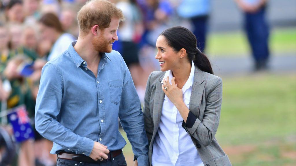 DUBBO, AUSTRALIA - OCTOBER 17:  Prince Harry, Duke of Sussex and Meghan, Duchess of Sussex arrive at Dubbo Airport on October 17, 2018 in Dubbo, Australia. The Duke and Duchess of Sussex are on their official 16-day Autumn tour visiting cities in Australia, Fiji, Tonga and New Zealand.  (Photo by Samir Hussein/Samir Hussein / WireImage)