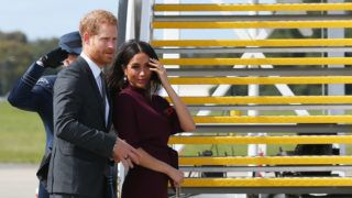 SYDNEY, AUSTRALIA - OCTOBER 28:  Prince Harry, Duke of Sussex and Meghan, Duchess of Sussex depart Sydney Airport on October 28, 2018 in Sydney, Australia. The Duke and Duchess of Sussex are on their official 16-day Autumn tour visiting cities in Australia, Fiji, Tonga and New Zealand.  (Photo by Don Arnold/WireImage)