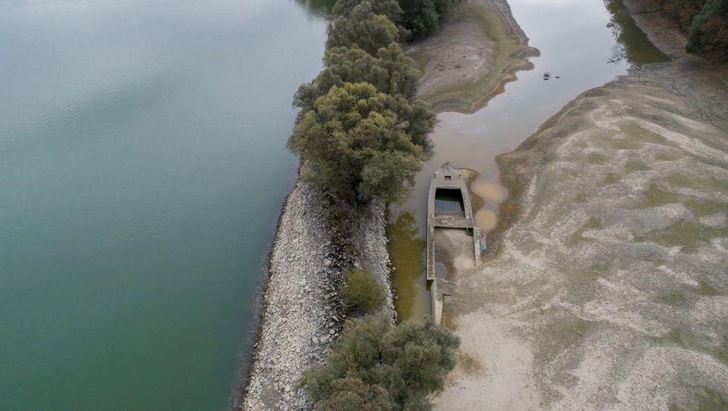 Kölked, 2018. október 25. A Duna alacsony vízállása miatt felszínre került hajóroncs a Külsõ-Béda holtágban a Baranya megyei Kölked közelében 2018. október 25-én. Ezen a napon újabb alacsony vízállási rekordok dõltek meg a Dunán. A csapadékszegény idõjárás következtében a múlt héten a víz szintje a Komáromtól kezdõdõ szakaszon, egészen a déli határig, alulmúlta a valaha mért legalacsonyabb értéket. MTI/Sóki Tamás