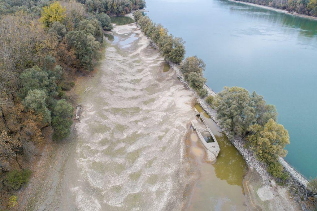 Kölked, 2018. október 25. A Duna alacsony vízállása miatt felszínre került hajóroncsok a Külsõ-Béda holtágban a Baranya megyei Kölked közelében 2018. október 25-én. Ezen a napon újabb alacsony vízállási rekordok dõltek meg a Dunán. A csapadékszegény idõjárás következtében a múlt héten a víz szintje a Komáromtól kezdõdõ szakaszon, egészen a déli határig, alulmúlta a valaha mért legalacsonyabb értéket. MTI/Sóki Tamás