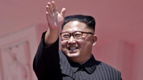 Phenjan, 2018. szeptember 9. Kim Dzsong Un észak-koreai vezetõ az Észak-Korea alapításának 70. évfordulója alkalmából tartott díszszemlén Phenjanban 2018. szeptember 9-én. (MTI/AP/Kin Csöung)