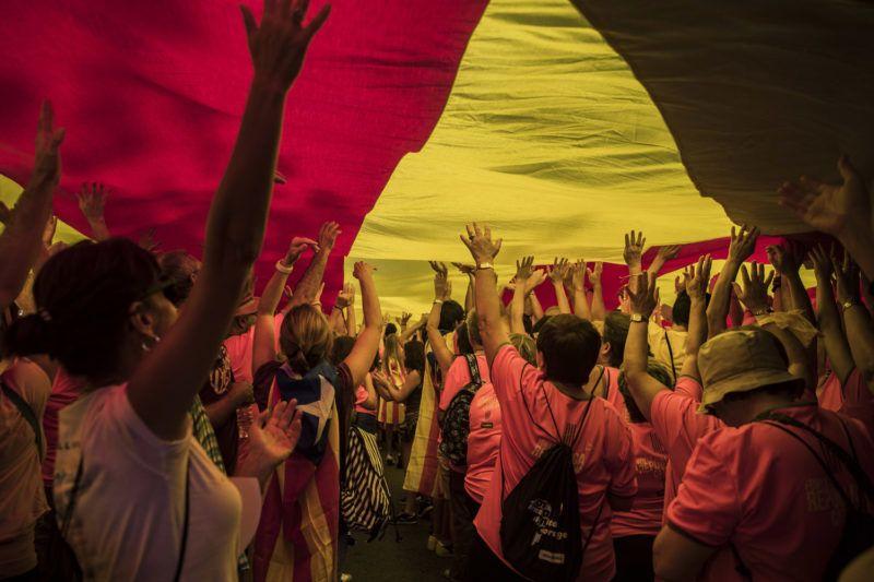 Barcelona, 2018. szeptember 11.Hatalmas zászlót visznek függetlenségpárti résztvev??k a katalán függetlenség napja alkalmából tartott felvonuláson Barcelonában 2018. szeptember 11-én. A Diada néven ismert nemzeti ünnepen a spanyol örökösödési háborúban, 1714-ben bevett katalán f??város, Barcelona bukásáról emlékeznek meg, ami kulcsfontosságú mozzanat volt a katalán autonómia elvesztésének folyamatában. (MTI/AP/Santi Palacios)