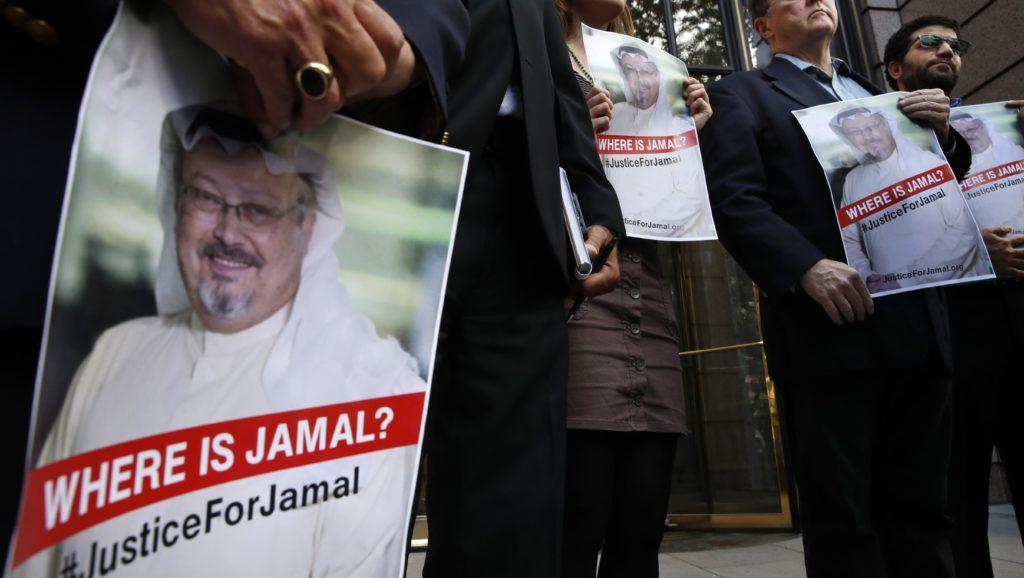 Washington, 2018. október 10. Dzsamál Hasogdzsi szaúdi ellenzéki újságírót ábrázoló transzparensek a férfi eltûnésérõl tartott sajtótájékoztatón Washingtonban 2018. október 10-én. Hasogdzsi október 2-án tûnt el, miután felkereste hazája isztambuli fõkonzulátusát, mert szüksége volt szaúdi dokumentumokra, hogy házasságot köthessen. (MTI/AP/Jacquelyn Martin)