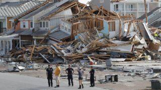 Panama City, 2018. október 11. Tûzoltók és helybeliek nézik az okozott kárt a Michael hurrikán pusztítása után a floridai Panama Cityben 2018. október 11-én. A természeti csapás katasztrófa sújtotta övezetté tette Florida nyugati partvidékét, két ember vesztette életét az államban, mindkettejükre kicsavart fa dõlt. (MTI/AP/Gerald Herbert)