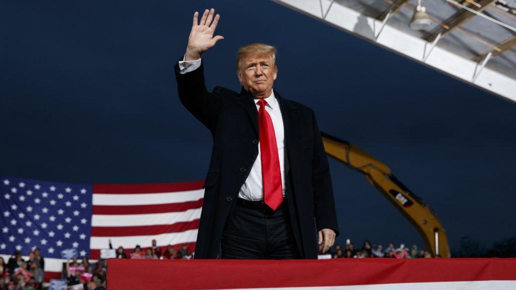 Lebanon, 2018. október 13. Donald Trump amerikai elnök egy választási kampányrendezvényen az Ohio állambeli Lebanonban 2018. október 12-én. A félidõs kongresszusi választásokat novemberben rendezik az Egyesült Államokban. (MTI/AP/Evan Vucci)