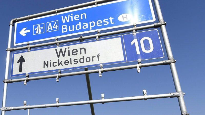 Nickelsdorf, 2015. szeptember 10. Magyarország felõl érkezett illegális bevándorlók a magyar-osztrák határ ausztriai oldalán fekvõ Nickelsdorfban (Miklóshalma) 2015. szeptember 10-én. (MTI/EPA/Helmut Fohringer)