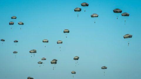 Torun, 2016. június 7.Amerikai ejtőernyősök az Anakonda-16 fedőnevű hadgyakorlat közben az észak-lengyelországi Torun környékén 2016. június 7-én. Az Anakonda-16 tíznapos szárazföldi, légi és tengeri NATO-hadgyakorlat, amely hét gyakorlótéren zajlik 18 NATO-ország és mintegy 31 ezer szövetséges katona, köztük magyarok részvételével. (MTI/EPA/Tytus Zmijewski)