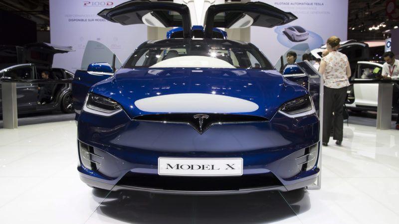 Párizs, 2016. szeptember 30. Az új Tesla Model X a Párizsi Autószalonon 2016. szeptember 30-án. (MTI/EPA/Ian Langsdon)