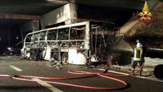 Verona, 2017. január 21. Olasz tûzoltók által készített felvétel a magyar diákokat szállító, kiégett autóbuszról az olaszországi A4-es autópályán egy veronai csomópontnál 2017. január 21-én. A Franciaországból hazafelé tartó busz balesetében tizenhat középiskolás diák életét vesztette, a sérültek száma 39. (MTI/EPA/Vigili Del Fuoco)