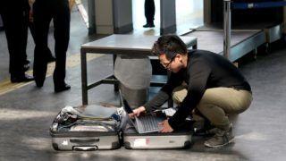 Isztambul, 2017. március 22. Egy utas elõveszi bõröndjébõl a laptopját a biztonsági ellenõrzéskor az isztambuli Atatürk repülõtéren 2017. március 22-én, egy nappal azután, hogy az amerikai hatóságok terrorveszélyre hivatkozva több országban megtiltották a nagyobb elektronikai eszközök felvitelét az Egyesült Államokba tartó repülõgépek fedélzetre. Hasonló intézkedést hozott Nagy-Britannia is az oda tartó járatok esetében. (MTI/EPA/Sedat Suna)