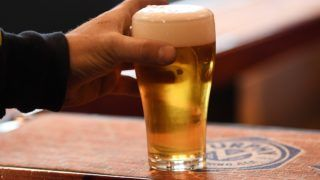 Melbourne, 2017. augusztus 4. Sörrel teli pohár egy melbourne-i bárban 2017. agusztus 4-én, a nemzetközi sörnapon, amelyet minden év augusztus elsõ péntekén tartanak. (MTI/EPA/Tracey Nearmy)
