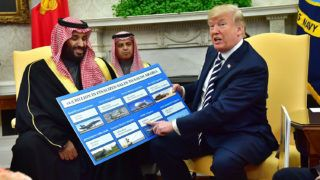 Washington, 2018. március 20.Donald Trump amerikai elnök (j) harcászati eszközök eladásáról szóló táblázatot fog a kezében Mohammed bin Szalmán szaúdi koronaherceggel (b) való talákozóján a washingtoni Fehér Házban 2018. március 20-án. (MTI/EPApool/Kevin Dietsch)