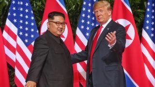 Szingapúr, 2018. június 12. Kim Dzsong Un észak-koreai vezetõ (b) és Donald Trump amerikai elnök a szingapúri Sentosa szigeten fekvõ Capella Hotelben tartott csúcstalálkozójuk kezdetekor 2018. június 12-én. A történelmi jelentõségû összejövetel során elõször ül tárgyalóasztalhoz hivatalban lévõ amerikai elnök az észak-koreai vezetõvel. (MTI/EPA/The Straits Time/Kevin Lim)