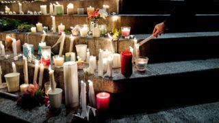 Adelaide, 2018. június 18. Gyertyák égnek a megerõszakolt és meggyilkolt 22 éves ausztrál Eurydice Dixon komikus emlékére Adelaide ausztrál városban 2018. június 18-án. Dixont június 14-én éjjel, lakása közelében a melbourne-i Princess parkban támadták meg. (MTI/EPA/Morgan Sette)
