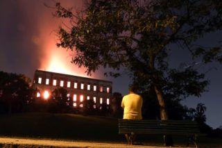 Rio de Janeiro, 2018. szeptember 3. Hatalmas tûz pusztít a Rio de Janeiró-i brazil Nemzeti Múzeumban 2018. szeptember 2-án. A múzeum igazgatósága szerint senki sem sérült meg, viszont az idén 200 éves múzeum kiállítási tárgyainak nagyobbik része valószínûleg megsemmisült vagy megrongálódott. (MTI/EPA/Marcelo Sayao)