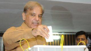 Iszlámábád, 2018. szeptember 4. A pakisztáni sajtó információs fõosztály (PID) által közradott képen Sahbaz Sarif, az ellenzéki Pakisztáni Muszlim Liga-Navaz (PML-N) vezetõje voksol egy iszlámábádi szavazóhelyiségben 2018. szeptember 4-én, a pakisztáni elnökválasztás napján. (MTI/EPA/PID)