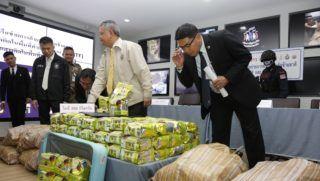 Bangkok, 2018. szeptember 27. Kristályos metamfetamint tartalmazó csomagokat mutat be a thaiföldi drogellenes hatóság egy bangkoki sajtótájékoztatón 2018. szeptember 27-én. A nagy mennyiségû kábítószert egy héten belül, három különbözõ rajtaütésen foglalták le. A legnagyobb fogást, mintegy tízmillió pirulát tyúktrágyába rejtették a csempészek. A thaiföldi hatóságok az elõzõ napon kobozták el a 355 kilogramm illegális szert egy tajvani kábítószercsempésztõl a Csonburi tartománybeli Pattajában. (MTI/EPA/Narong Szangnak)