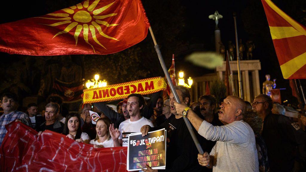 Szkopje, 2018. szeptember 30. Az ország névváltoztatásáról szóló népszavazáson való alacsony részvételt ünneplik a referendum ellenzői a parlament épülete előtt Szkopjéban 2018. szeptember 30-án. A valamivel több mint 1,8 millió, szavazásra jogosult macedón állampolgárnak ezen a napon arra a kérdésre kellett válaszolnia, hogy támogatja-e az ország EU- és NATO-tagságát azáltal, hogy elfogadja a délszláv ország nevének Macedóniáról Észak-Macedóniára történő megváltoztatását. (MTI/EPA/Valdrin Xhemaj)