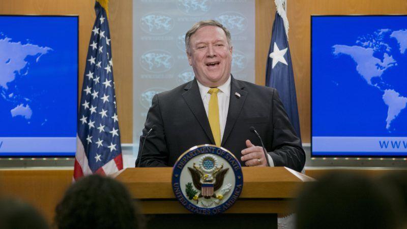 Washington, 2018. október 3. Mike Pompeo amerikai külügyminiszter sajtóértekezletet tart a washingtoni külügyminisztériumban 2018. október 3-án. Pompeo bejelentette, hogy az Egyesült Államok felmondja az 1955-ben kötött amerikai-iráni barátsági szerzõdést. A hágai Nemzetközi Bíróság ezen a napon elrendelte a humanitárius segélyezést és a polgári repülésbiztonságot érintõ, Iránnal szembeni amerikai szankciók feloldását. (MTI/EPA/Michael Reynolds)