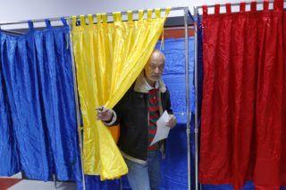 Bukarest, 2018. október 6. Nõ voksol egy bukaresti szavazóhelyiségben 2018. október 6-án, a férfi és nõ házasságán alapuló családfogalom alkotmányba iktatásáról rendezett romániai népszavazás elsõ napján. (MTI/EPA/Robert Ghement)